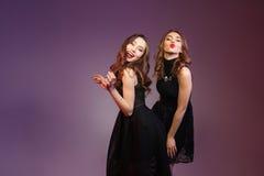Två lyckliga kvinnor som dansar och överför kyssar Royaltyfria Foton