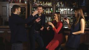 Två lyckliga le barn kopplar ihop med champagne på beröm arkivfilmer