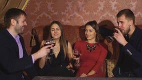 Två lyckliga le barn kopplar ihop med champagne på beröm lager videofilmer