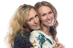 Två lyckliga le systrar Arkivfoto