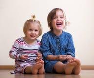 Två lyckliga lilla systrar Arkivbilder