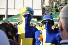 Två lyckliga Sverige fans som rotar för deras lag Royaltyfria Bilder