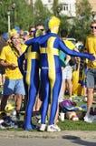 Två lyckliga Sverige fans som rotar för deras lag Royaltyfri Foto