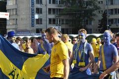 Två lyckliga Sverige fans som rotar för deras lag Royaltyfri Bild
