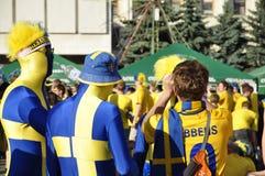 Två lyckliga Sverige fans som rotar för deras lag Arkivfoto