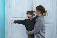 Två lyckliga systrar bredvid en blått Arkivbilder