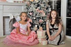 Två lyckliga systrar på jul Arkivfoton