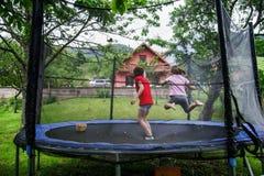 Två lyckliga systrar på trampolinen Royaltyfri Foto