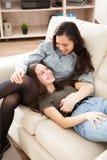 Två lyckliga systrar som tillsammans spenderar kvalitets- tid Arkivfoto