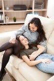 Två lyckliga systrar som tillsammans spenderar kvalitets- tid Royaltyfri Foto