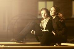 Två lyckliga tonåriga flickor på lekplatsen Royaltyfri Fotografi