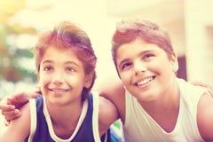 Två lyckliga tonåriga pojkar royaltyfri foto