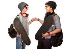 Två lyckliga tonåriga pojkar royaltyfria bilder
