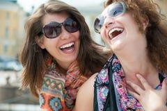 Två lyckliga unga härliga kvinnor Royaltyfria Bilder
