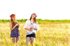 Två lyckliga unga kvinnor arkivbild