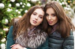 Två lyckliga unga kvinnor i vintergata, utomhus arkivbilder