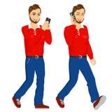 Två lyckliga unga män som går med smartphonen Arkivbild