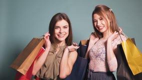 Två lyckliga vänner, når att ha shoppat dag arkivfilmer