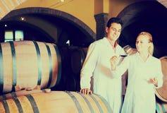 Två lyckliga vinhusarbetare som kontrollerar kvalitet av produkten Royaltyfria Foton