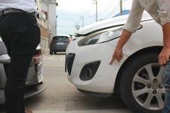 Två män argumenterade efter bilkraschen på stadsgatan, olycksbegrepp arkivfoto