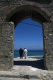 Två män, båge och hav i Tangier, Marocko arkivbilder