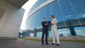 Två män diskuterar en aktionsplan stock video