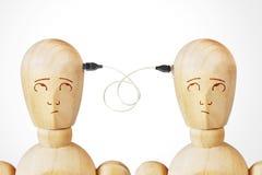 Två män förbindelse med usb-kabel royaltyfria bilder
