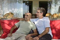 Två män i ett kafé Royaltyfri Bild