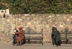Två män i fyrkant av Marrakech, Marocko Arkivbild