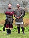 Två män i medeltida harnesk arkivbild