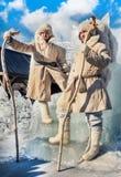 Två män i vita pälslag som står bredvid isbiskopsstolen Avsked som in övervintrar arkivfoton
