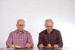 Två män med frukter fotografering för bildbyråer