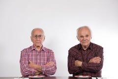 Två män med tomma plattor royaltyfri fotografi