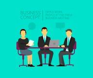 Två män och kvinna på skrivbordet samtal för möte för bärbar dator för skrivbord för affärsaffärsmancmputer le till att använda k Arkivbilder
