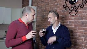 Två män på arbete i kontoret på lunchtimedrinkkaffe och att diskutera arbete stock video