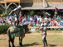 Två män på en riddareturnering på renässansfestivalen Royaltyfri Bild