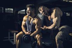 Två män på idrottshallen royaltyfri fotografi