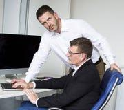 Två män på skrivbordet Royaltyfria Foton