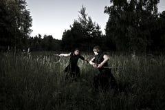 Två män slåss arkivfoton