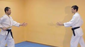 Två män som öva Aikido i idrottshallen arkivfilmer