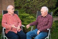 Två män som diskuterar Royaltyfria Bilder