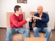 Två män som dricker öl Arkivbild
