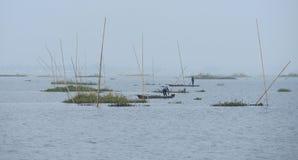 Två män som fiskar i sjön Fotografering för Bildbyråer