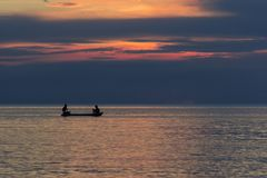 Två män som fiskar på havet royaltyfri fotografi