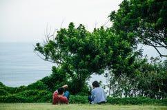 Två män som ser havet arkivfoto
