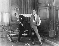 Två män som slåss och argumenterar med de (alla visade personer inte är längre uppehälle, och inget gods finns Leverantörwarranti royaltyfria bilder