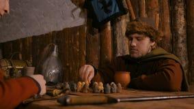 Två män som spelar den populära strategibrädeleken - tafl arkivfilmer