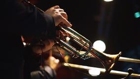 Två män som spelar på trumpeter på etappen 1 arkivfilmer