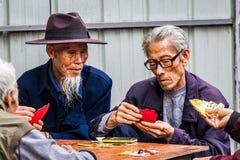 Två män som spelar traditionella kinesiska kort royaltyfria foton