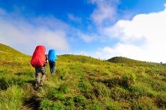 Två män som trekking på det Prau berget, Dieng, Indonesien Fotografering för Bildbyråer